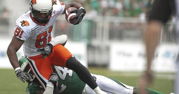 Geroy Simon catches a pass in a 23-20 loss to the Riders (Photo: CP)